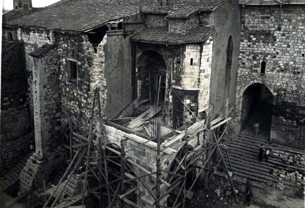 """Trabajos de """"restauración"""", antes de producirse el cerramiento del acceso a la Puerta de los Mártires. Ca. 1942. CDIS."""