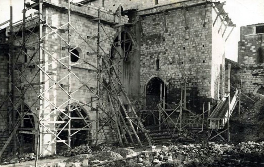 """Trabajos de """"restauración"""", con el cerrado casi finalizado. Ca. 1942, CDIS."""