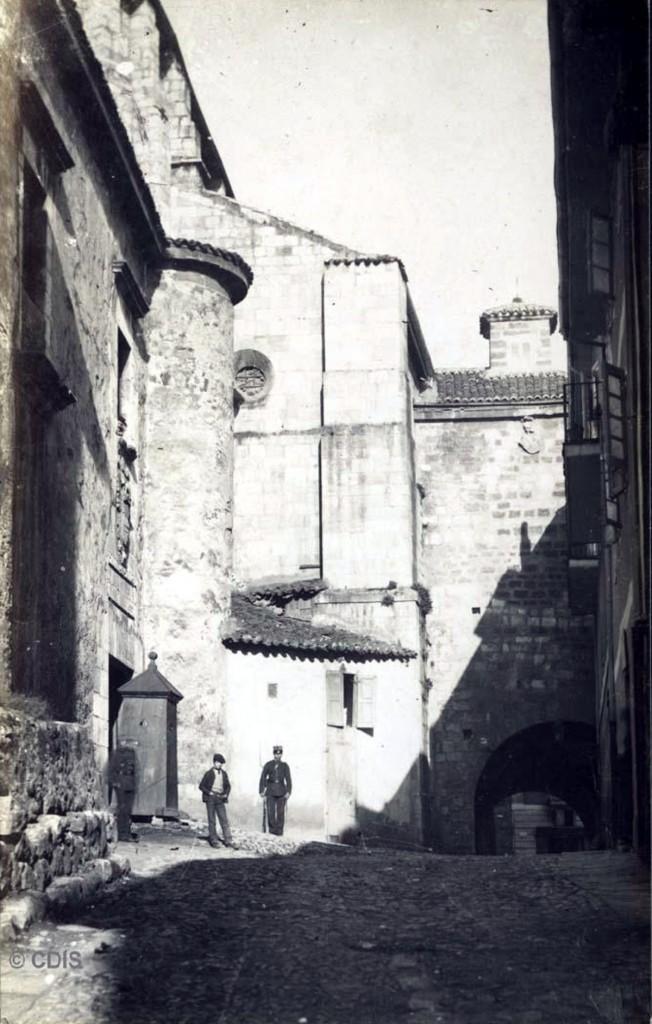 Calle Azoque, con el Castillo de San Felipe (izda.) y el Arco del Cristo (dcha.), circa 1890. Pablo Isidro Duomarco, CDIS: