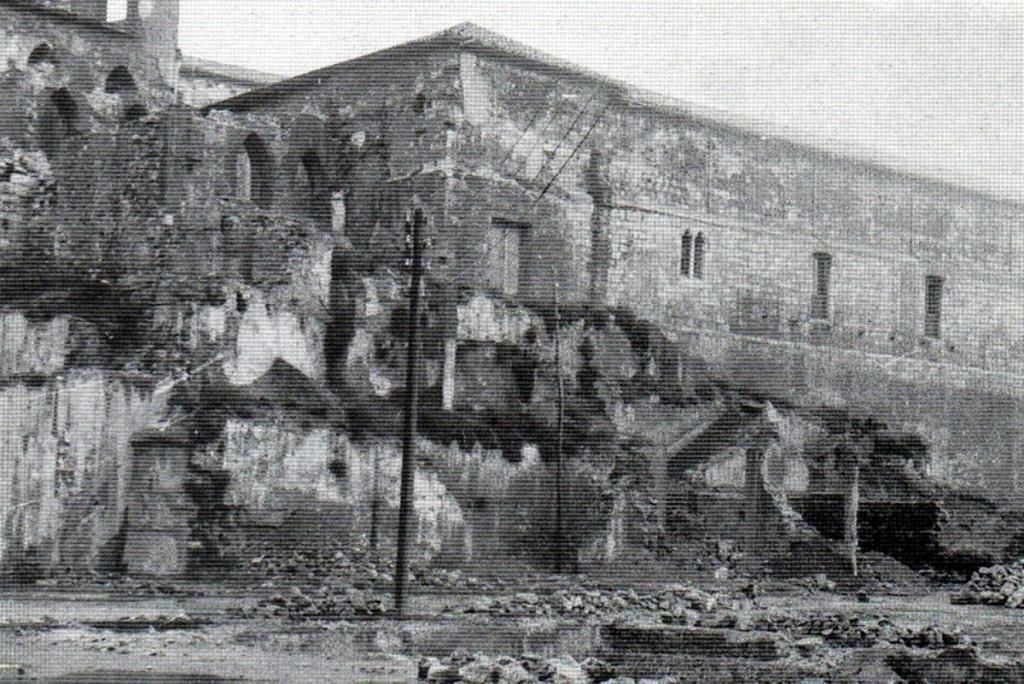 Claustro y restos del Palacio episcopal tras el incendio de 1941.