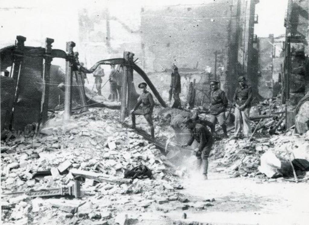 Miembros del ejército participando en el desescombro. 1941, Santander.