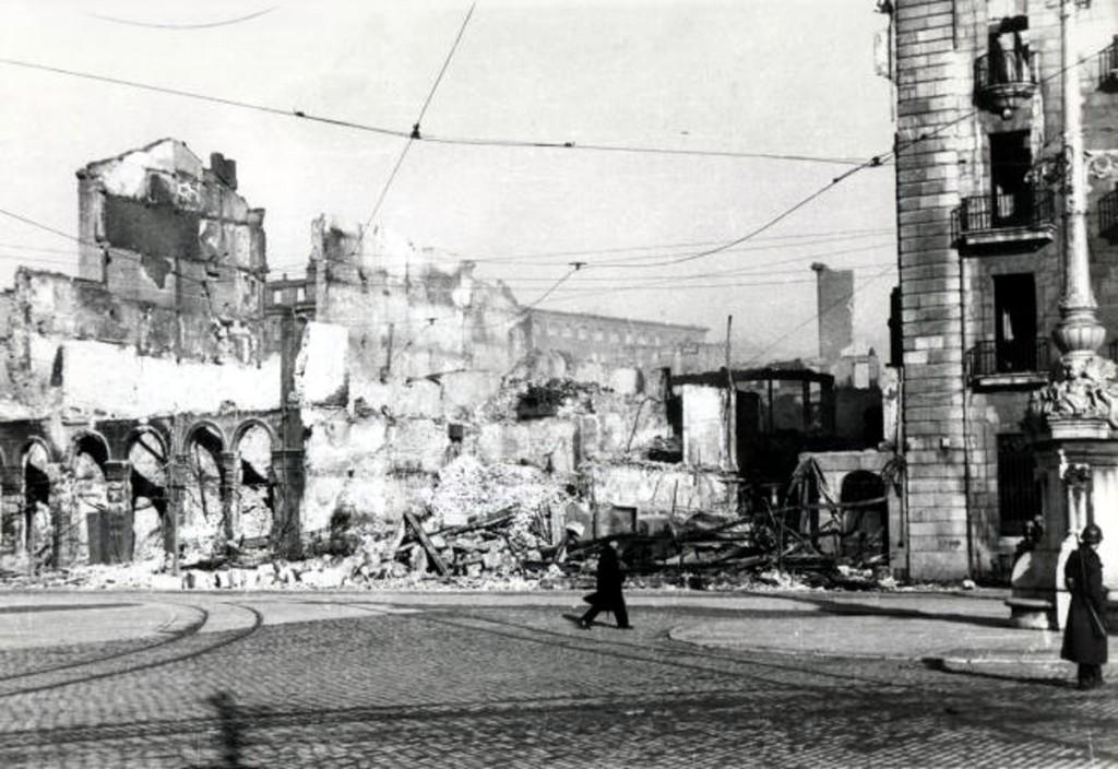 Calle Calvo Sotelo a la altura de la actual Plaza Porticada. 1941, DM.