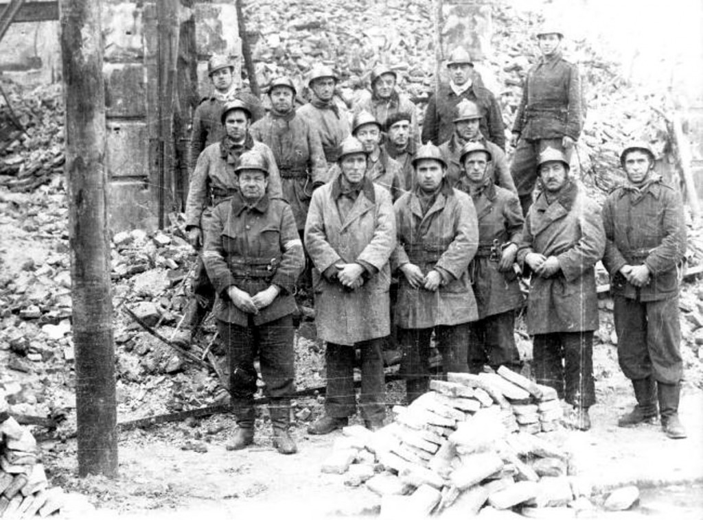 Grupo de bomberos procedentes de Madrid, que participó en la extinción. La única víctima mortal pertenecía a este grupo. 1941, DM.