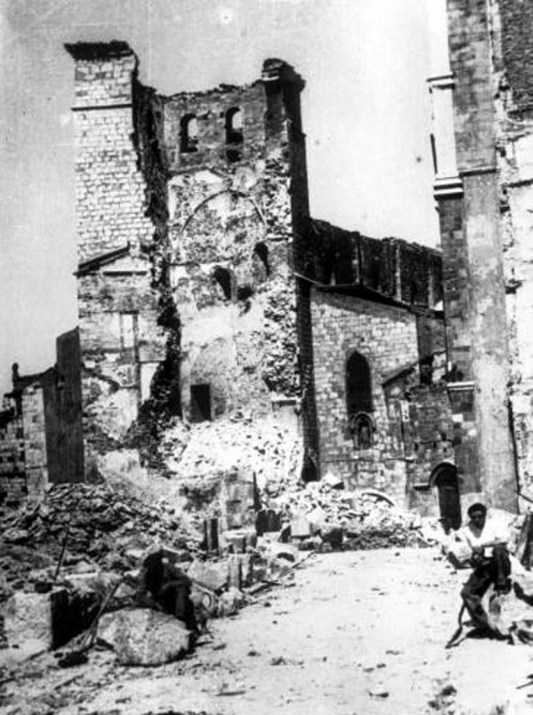 Vista de la torre de la Catedral derruida. 1941, DM.