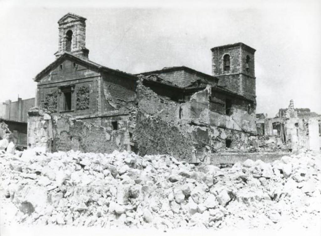 La iglesia de La Compañía emerge en medio de las ruinas. 1941, Diario Montañés.