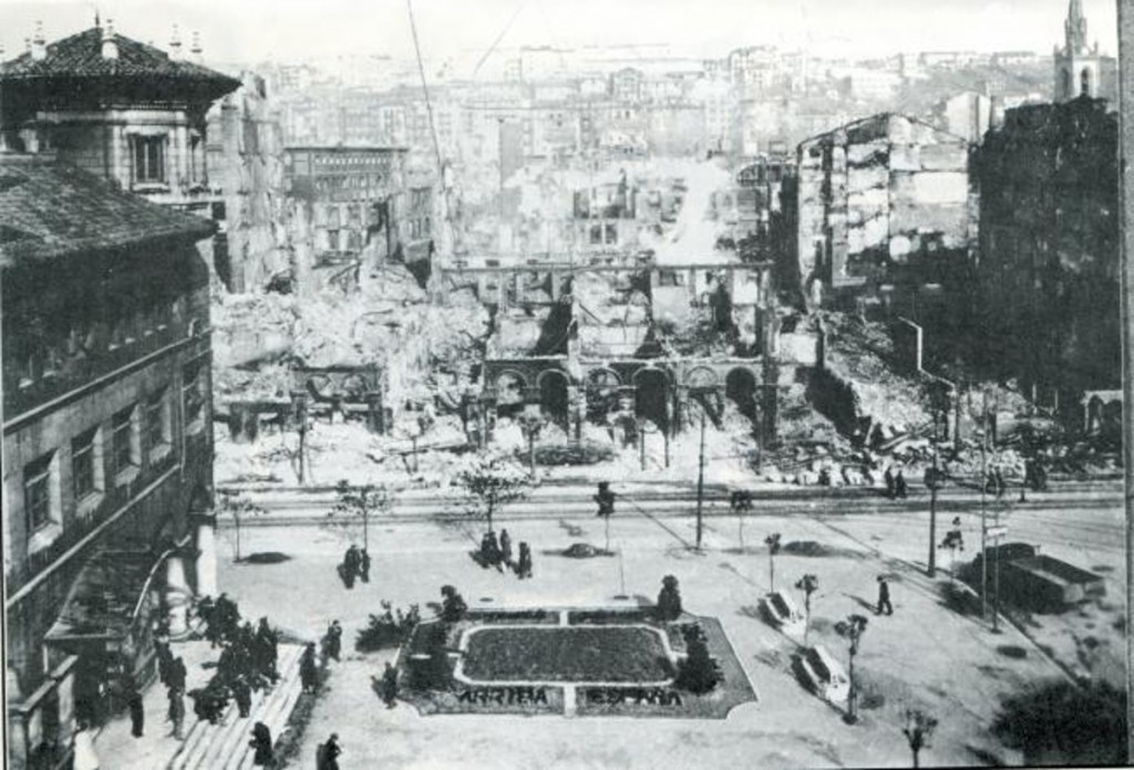 El edificio de Correos, que se vio afectado parcialmente, en medio de la destrucción. 1941, DM.