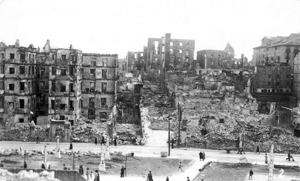 Ruinas calcinadas en el entorno de la Catedral. 1941, DM.
