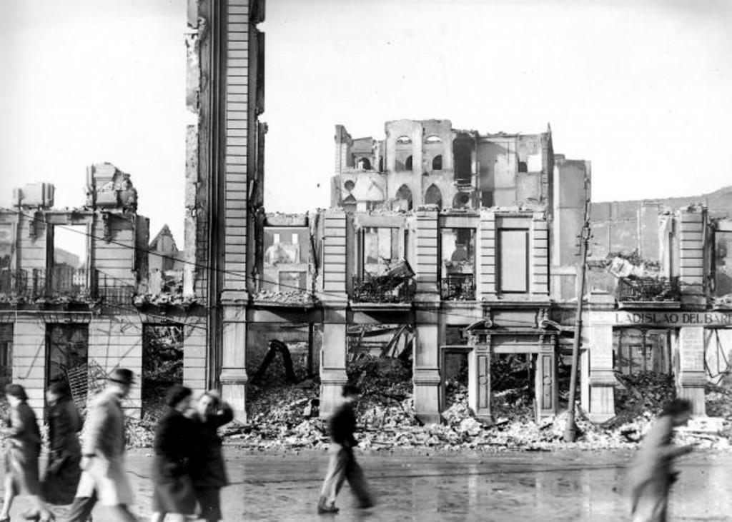 Vista de los restos de los edificios de la calle Calderón de la Barca, con el desaparecido Palacio Episcopal al fondo. 1941, DM.