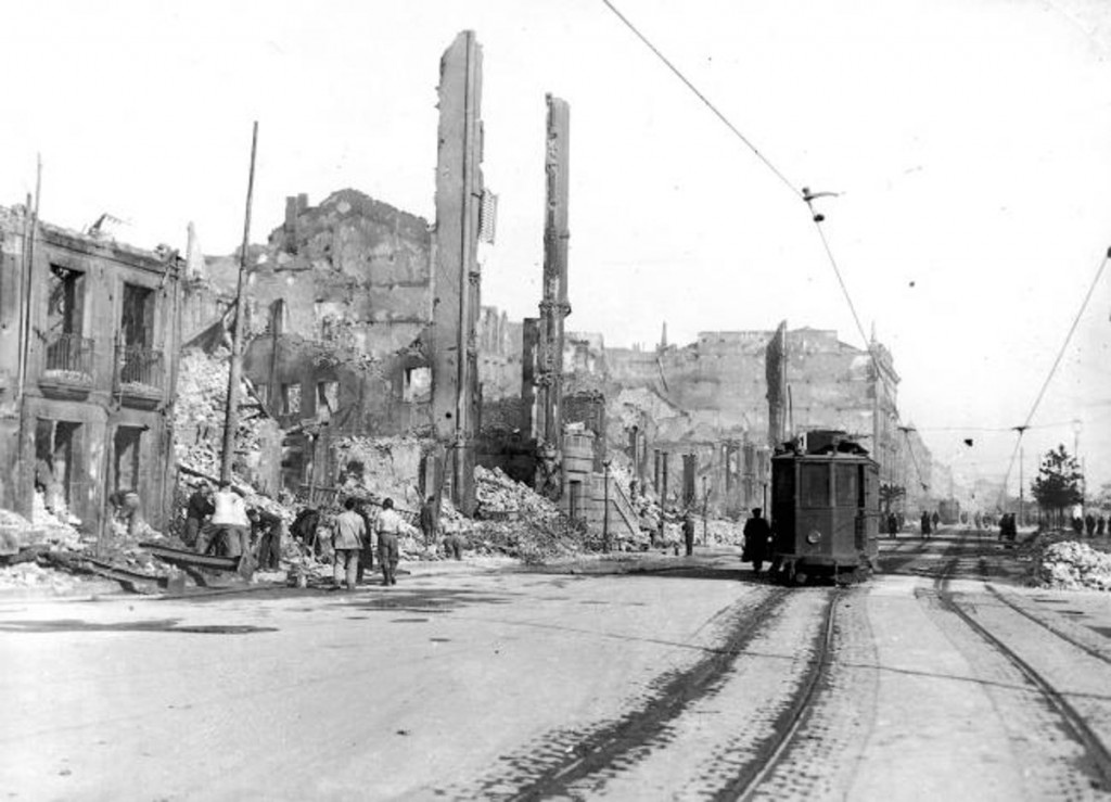 Un tranvía recorre la ruinosa calle Calvo Sotelo. 1941, DM.